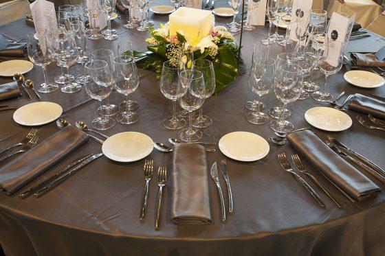 Mesa con centro de mesa floral, preparada para boda