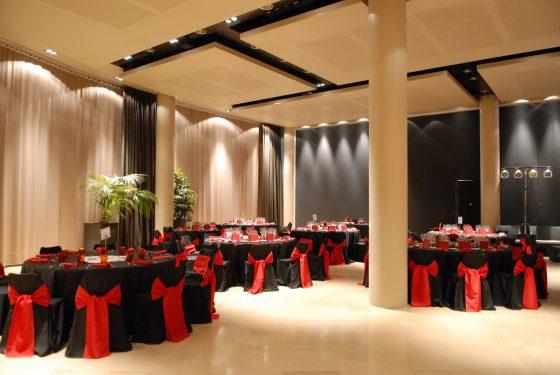 Montaje mesas rojas en Qgat sala Augusta