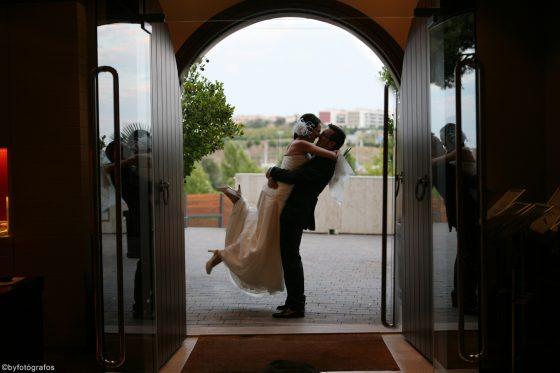 Novios se abrazan en las puertas del Qgat