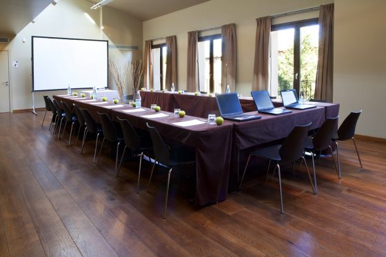 Mesas preparadas para Reunión con proyector