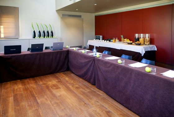 Sala preparada para reunion con portátiles y buffet