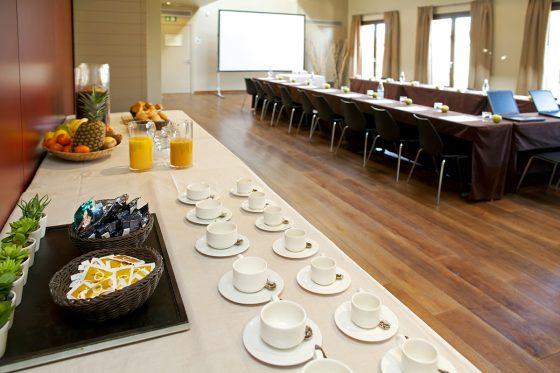 Mesas preparadas para reunión con buffet preparado