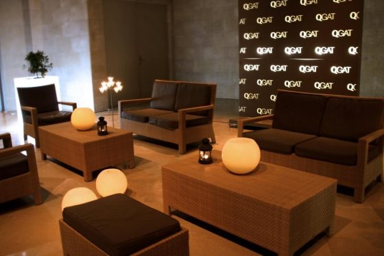 Espacio chill out con sofas y sillas