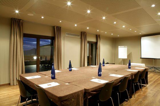 Sala aymat para reunión de empresa con vistas a la terraza privada