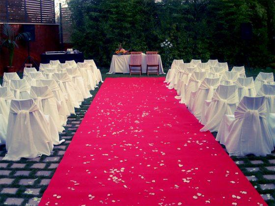 Alfombra roja con mesa de fondo para casarse
