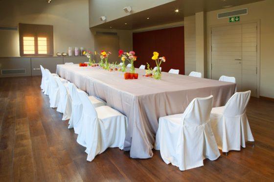 Sala aymat, íntima con mesa preparada