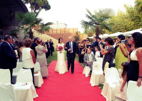 Entrada novia, invitados miran en jardines Qgat