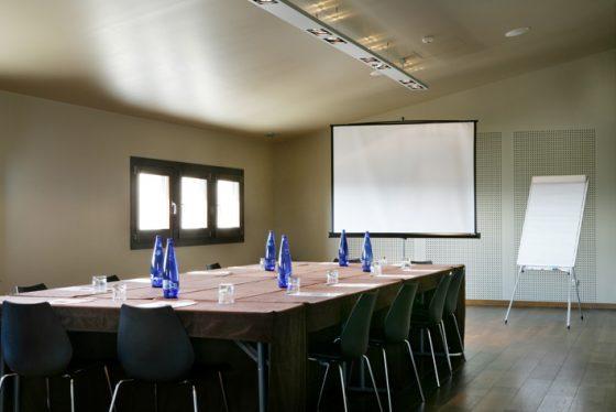 Gausac con proyector y mesa de negocios