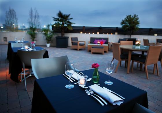 Terraza con mesa preparada para cenar
