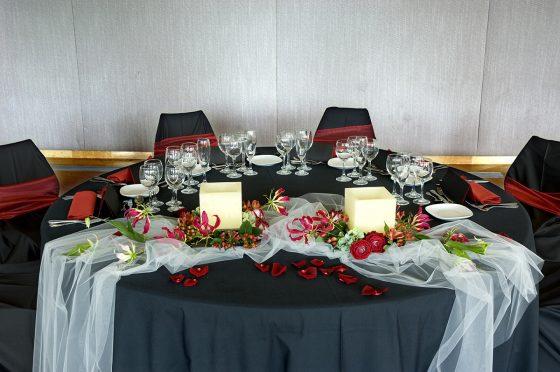 Centro de mesa floral con velo de novia