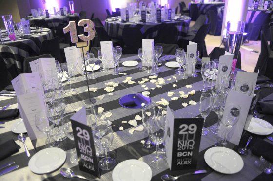Mesa 13 preparada para boda con petalos blancos