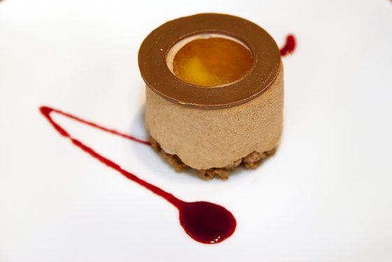 Pastel de cafe, con relleno de crema dorado