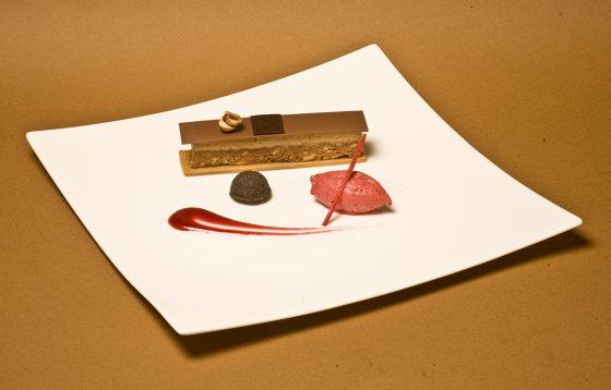 pastel de chocolate con helado de fresa