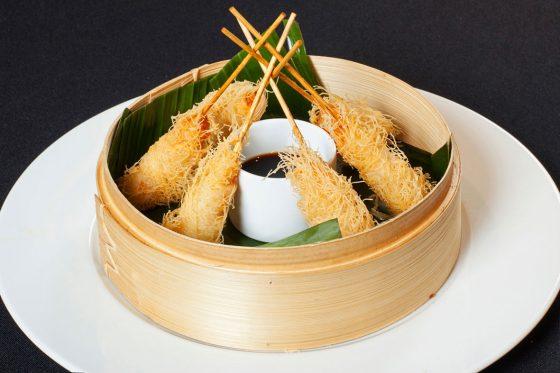 Tempura con salsa de soja en barreño de madera