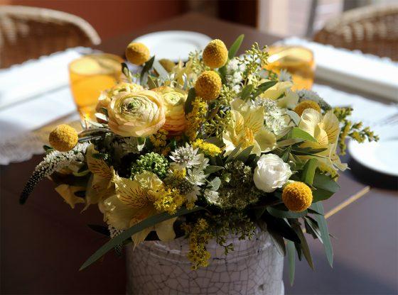 Ramo de boda con flores amarillas y rosas blancas