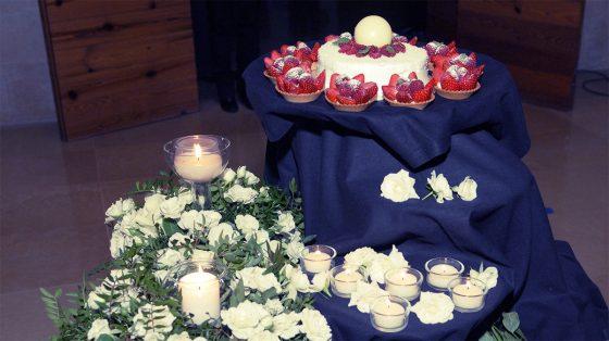 Tarta de boda con fresas y rosas blancas