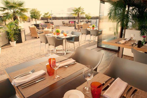 Terraza con mesas preparadas, buen tiempo