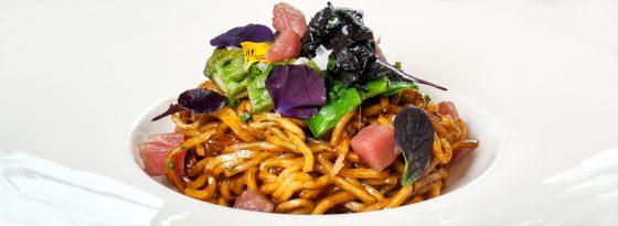 Noodles con verduras y salmón