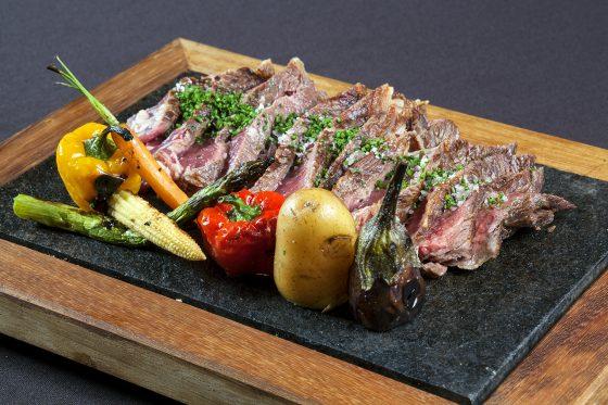 Carne a la brasa con verduras